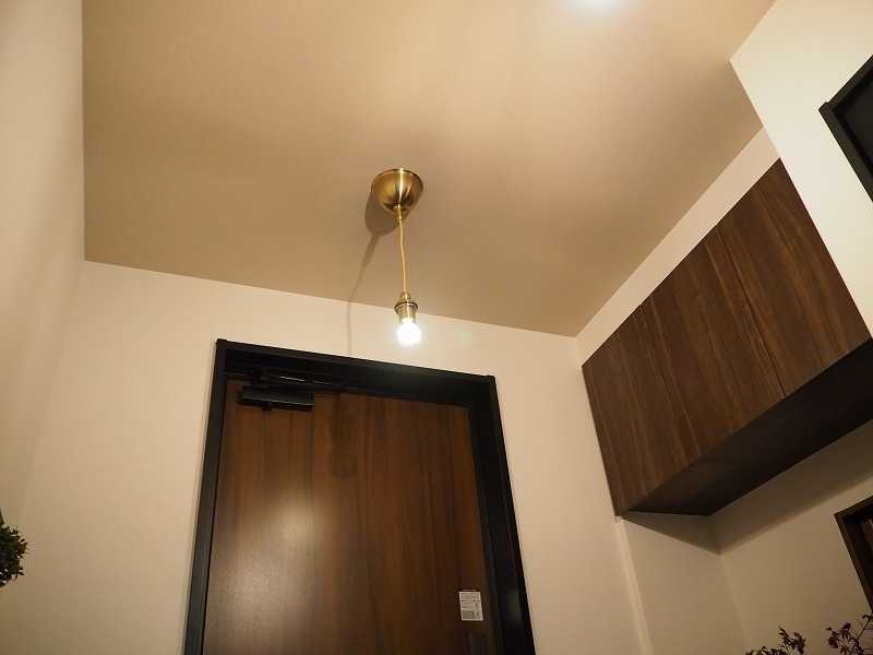 新居 玄関 アクセントクロス 天井
