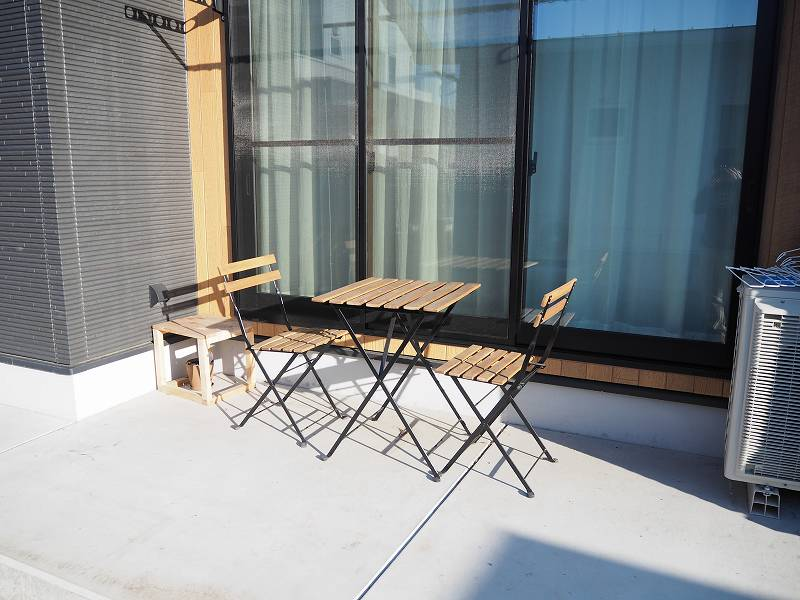 IKEAのガーデンチェアとテーブル