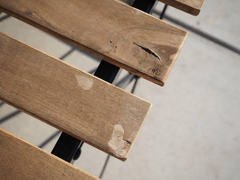 IKEAのガーデンチェアとテーブル 木目が悪い