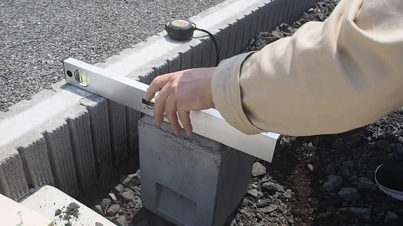 角パイプとSPF材でウッドフェンスを作る 基礎ブロック 水平