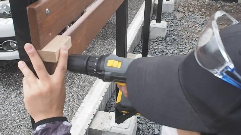 角パイプとSPF材でウッドフェンスを作る 木板 施工