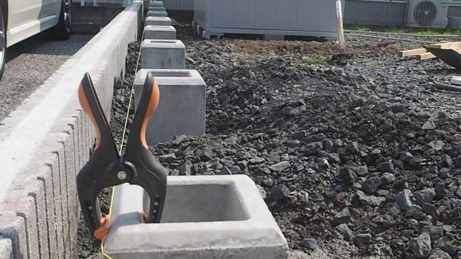 角パイプとSPF材でウッドフェンスを作る 基礎ブロック 位置だし