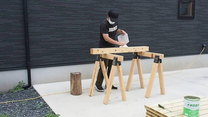 鋼製束とデッキ材を使用したウッドデッキを作る 脚材 塗装